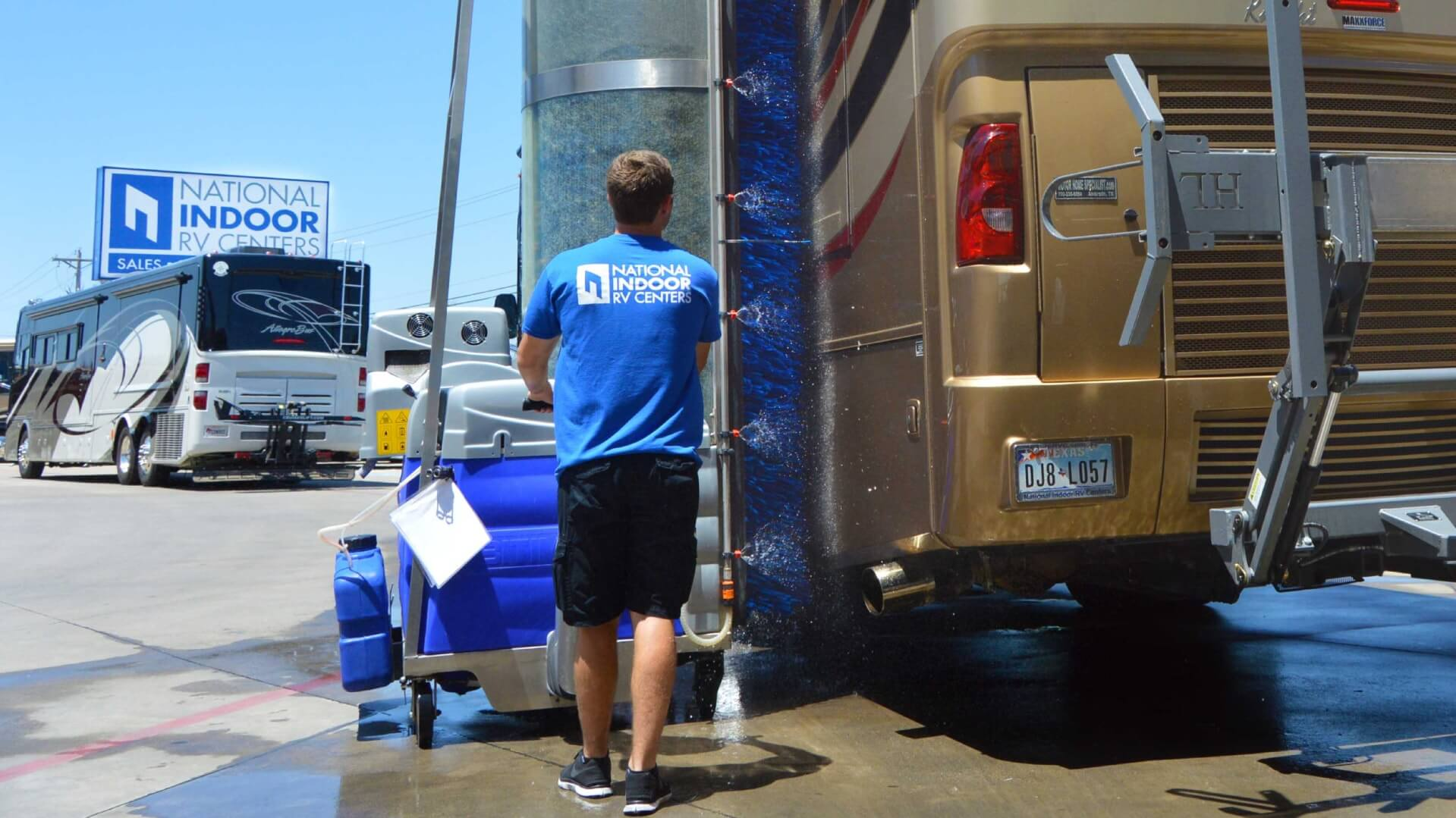 Bitimec wash-bots diesel powered A225-EZ bus wash machine washing a class A RV at NIRVC in Dallas